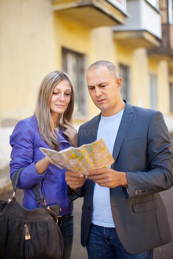 Download Turystyczna Para Patrzeje Mapę Obraz Stock - Obraz złożonej z aktywność, lato: 28965705