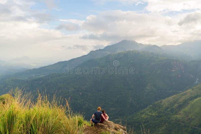 Turystyczna para & widoki górscy, Ella Gap, Ella, Południowi średniogórza zdjęcia royalty free