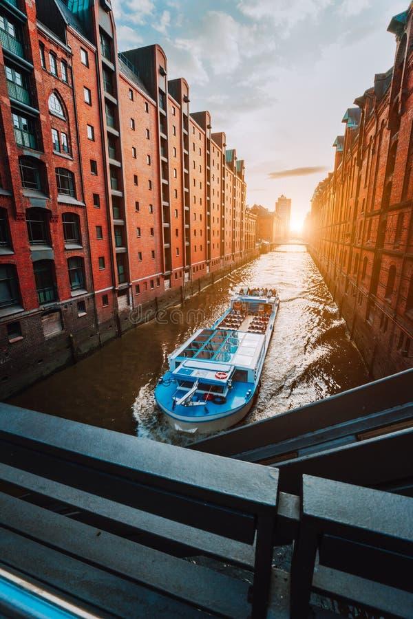Turystyczna rejs łódź w wąskim kanale sławny Speicherstadt magazynu okręg z czerwonymi ceglanymi domami w Hamburg zdjęcia royalty free