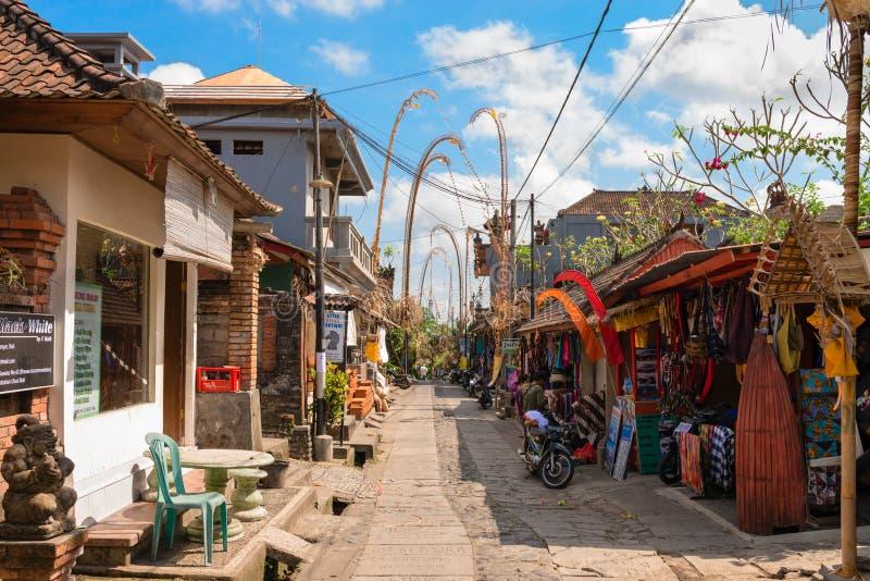 Turystyczna ulica dekorował tradycyjnym penjor na Bali fotografia royalty free