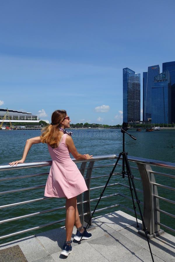 Turystyczna wizyty Marina zatoka w Singapur przy dniem zdjęcia royalty free
