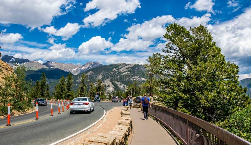 Turystyczna wycieczka Skalistej góry park narodowy, Kolorado, usa Turyści na obserwacja pokładzie fotografia stock