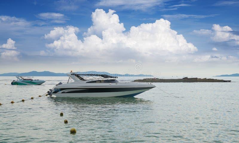 Turystyczne łodzie motorowa przy piękną wyspą Koh Lan, lokalizować w zatoce Tajlandia, jeden piękna wyspa w Thailan fotografia stock