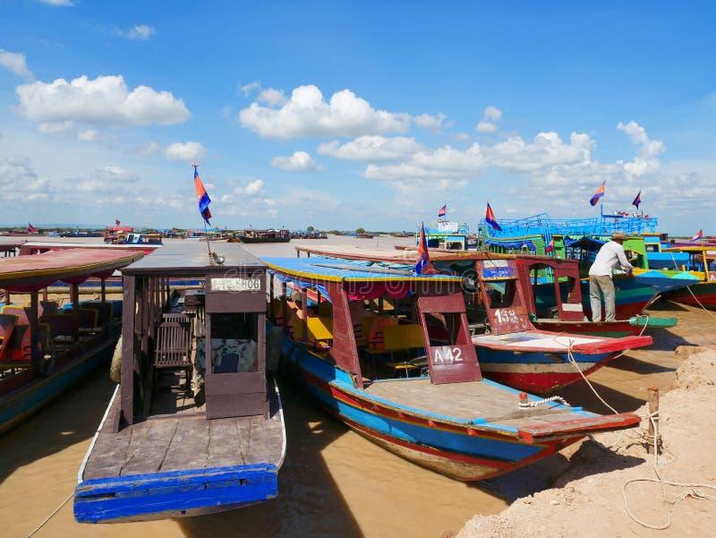 Turystyczne łodzie przy Tonle aproszy jeziorem, Siem Przeprowadzają żniwa, Kambodża zdjęcia royalty free