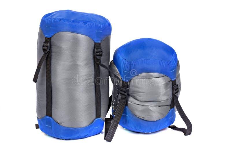 Turystyczne sypialne torby pakowali z różnymi stopniami ściskanie obrazy stock