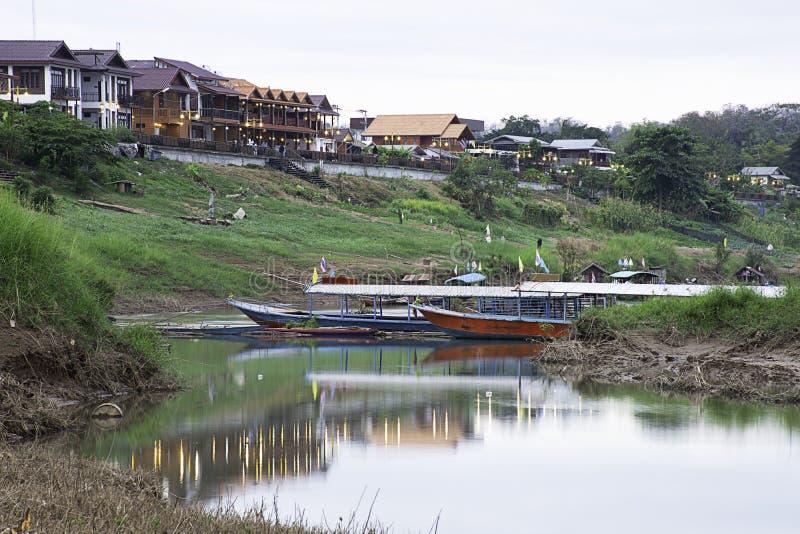 Turystycznej łodzi mola park na Mekong rzece przy Chiangkhan Loei w Tajlandia obrazy stock