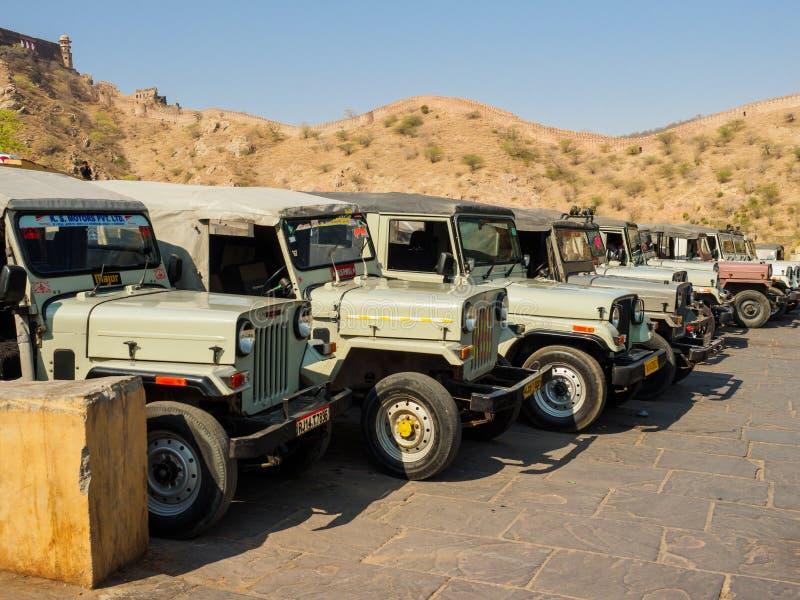 Turystyczni dżipy czeka pasażerów przy Złocistym fortem w Jaipur, India zdjęcia royalty free