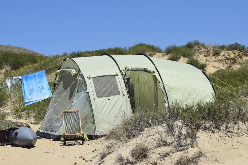 Turystyczni falcowanie namioty wśród nabrzeżnej roślinności Namiot jest nowożytny zdjęcie royalty free