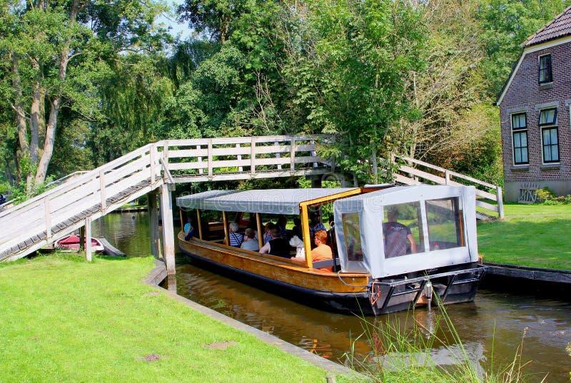 Turystyczni ludzie rejs wycieczki łódkowatego kanału, Giethoorn, holandie zdjęcia stock