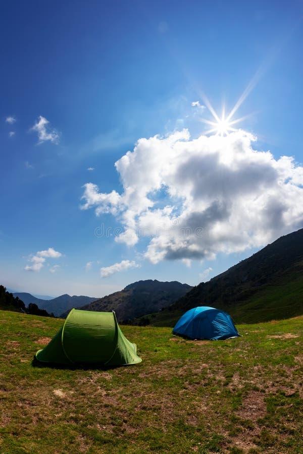 Turystyczni namioty w obozie wśród łąki w górze Lata seaso fotografia stock