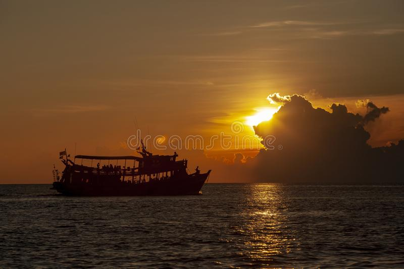 Turystyczny akwalungu pikowania łódkowaty unosić się przy koh Tao schronieniem jeden najwięcej obraz stock