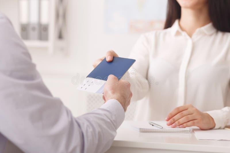 Turystyczny bierze paszport z biletami przy agencją podróży zdjęcia royalty free