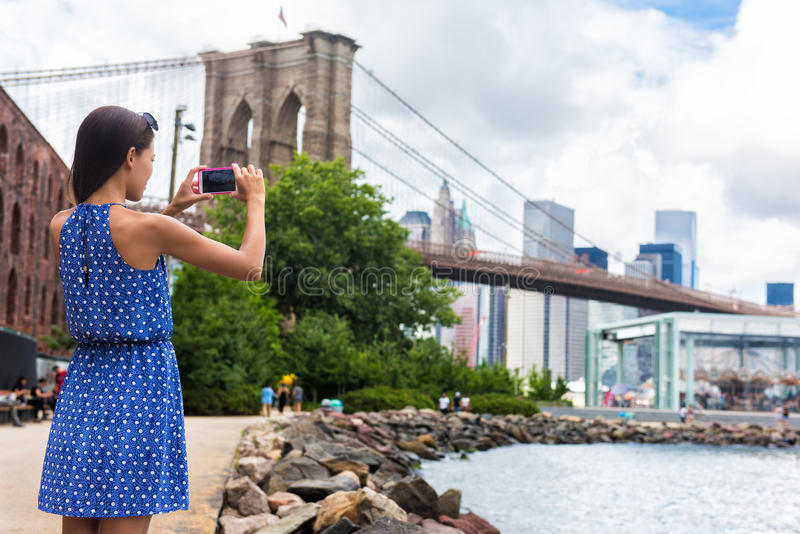 Turystyczny bierze podróż obrazek z telefonem most brooklyński, Nowy Jork zdjęcia stock