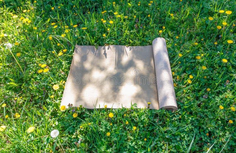 Turystyczny dywanik na haliźnie z zieloną trawą na ciepłym obraz stock