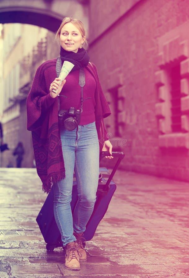 Turystyczny dziewczyny odprowadzenie z podróży torbą zdjęcia royalty free