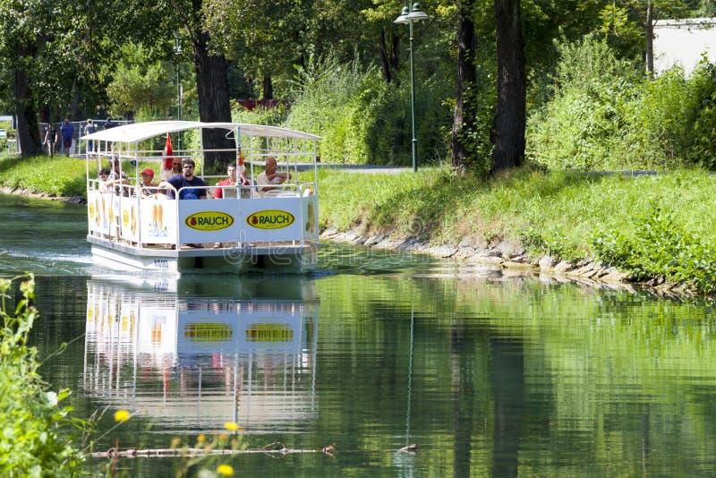 Turystyczny ferryboat krzyżuje rzekę Blisko jeziornego Wörthersee austria Klagenfurt obraz royalty free
