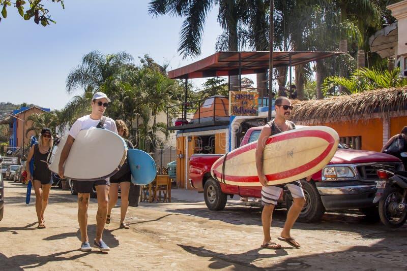Turystyczny kłoszenie dla paddle deski sesji w Sayulita plaży w Meksyk obraz royalty free