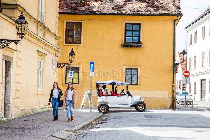 Turystyczny klasyczny samoch?d i Zagreb pi?kne ulicy obraz royalty free