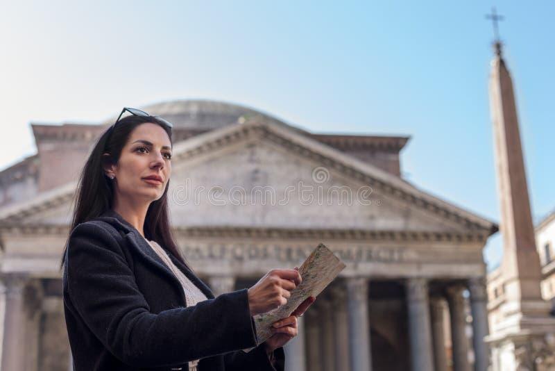 Turystyczny kobieta chwyt mapa patrzeje dla kierunków zdjęcia stock