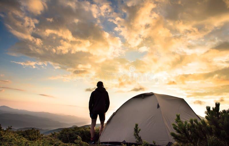 Turystyczny namiot i sportowiec w góry lecie fotografia royalty free