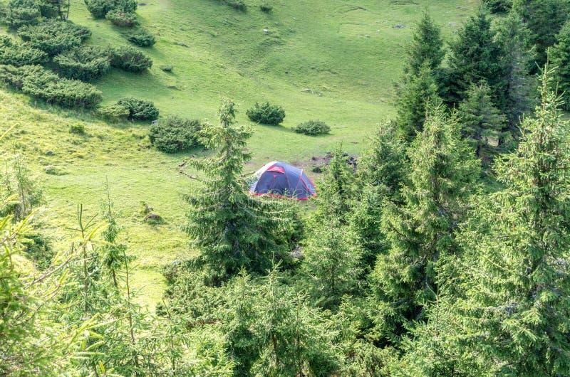 Turystyczny namiot w górach Turyści w górach zdjęcie royalty free
