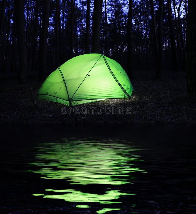 Turystyczny namiot w noc lesie fotografia stock