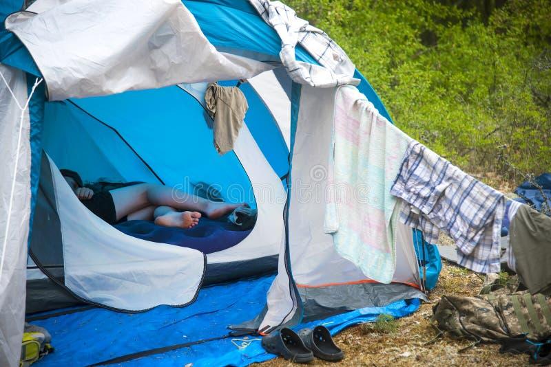 turystyczny namiotowy camping w lasowym Turystycznym życiu - odziewa suszy gitara stojaki blisko dziesięć zdjęcia stock