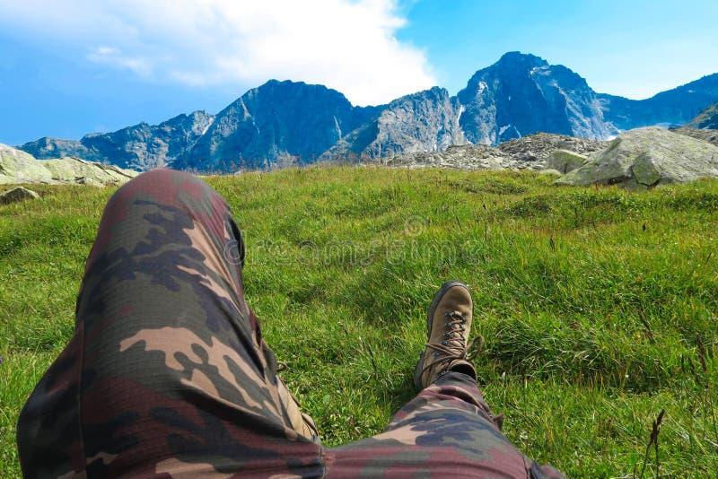Turystyczny odpoczywać w górach z malowniczym widokiem Obozujący i wycieczkujący motywacyjnego wizerunek fotografia stock