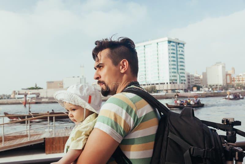 Download Turystyczny ojciec I syn obraz stock. Obraz złożonej z krajobraz - 53782843