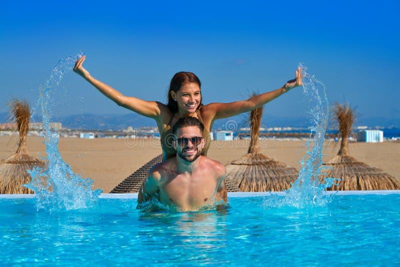 Turystyczny pary piggyback w nieskończoność basenie fotografia stock