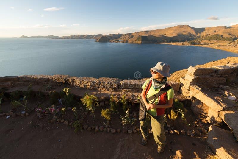 Turystyczny patrzeje zmierzch na Titicaca jeziorze, Boliwia zdjęcia royalty free