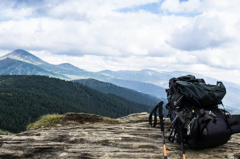 Turystyczny plecak w tle góry Podróżować z plecakiem obraz royalty free