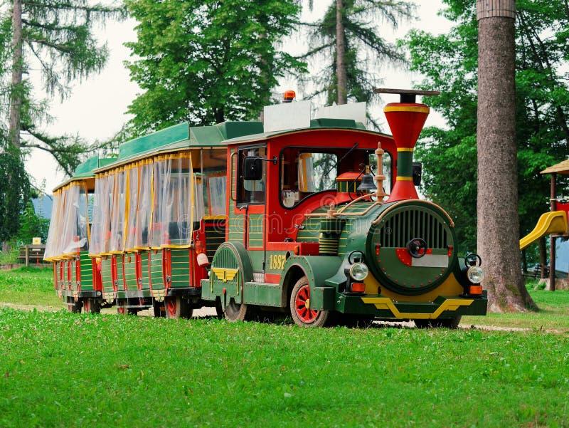 Turystyczny pociąg dla wycieczki turysycznej w parku fotografia royalty free
