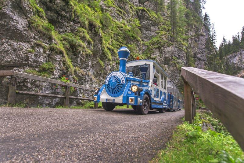 Turystyczny pociąg w halnym wąwozie fotografia stock