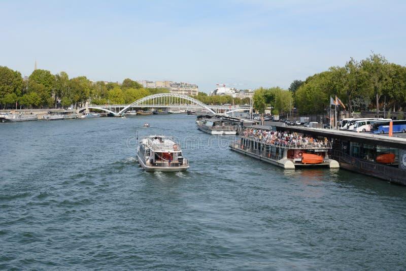 Turystyczny prom wycieczkowy pełen pasażerów w Port de la Bourdonnais obrazy royalty free