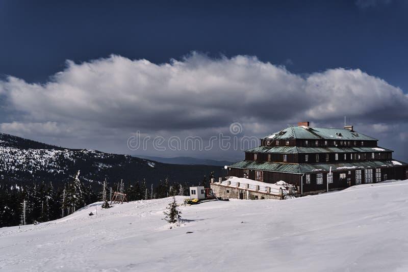 Turystyczny schronisko Gigantyczne góry w zimie obrazy stock