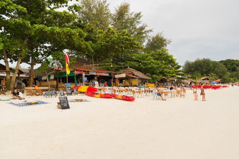 Turystyczny spacer i relaksuje na Pattaya plaży w Koh Lipe wyspie fotografia stock
