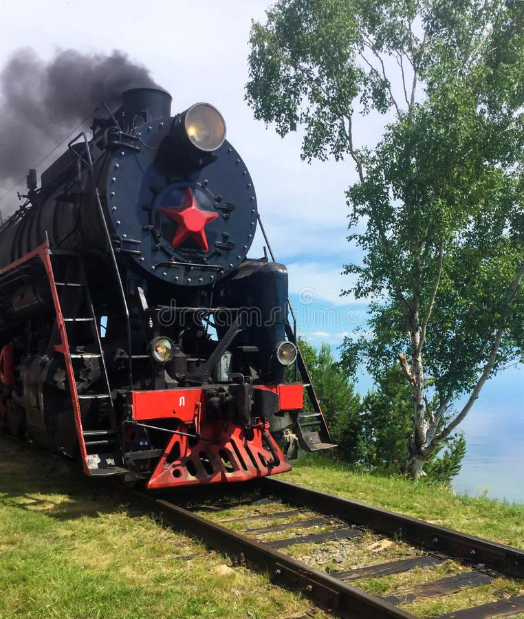 Turystyczny stary kontrpara pociąg na Baikal jeziorze obrazy stock