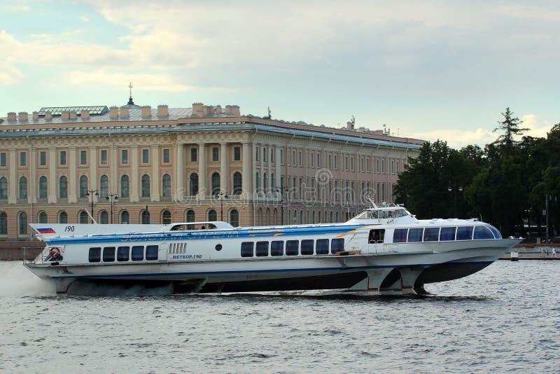 Turystyczny statek «Meteor-190 «na Neva rzece w centrali St Petersburg, Rosja zdjęcia stock
