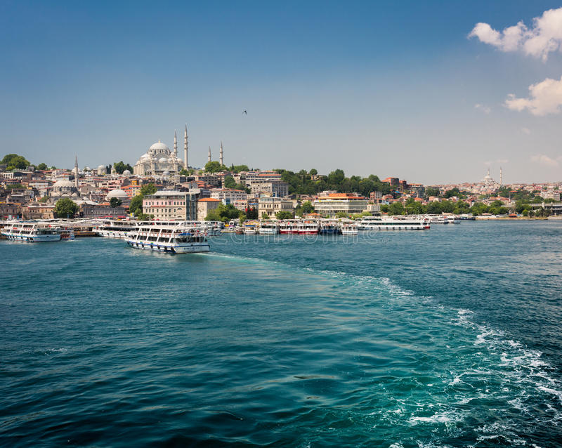 Turystyczny statek blisko Galata mosta zdjęcie stock