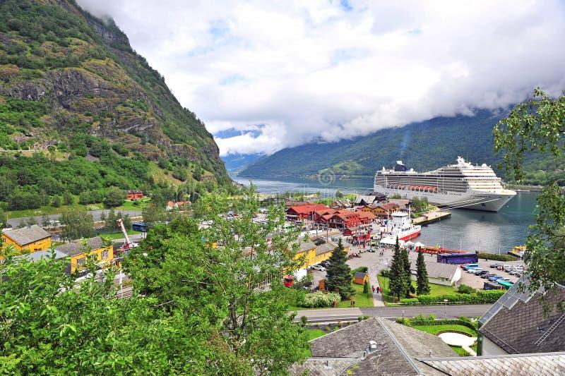 Turystyczny statek w porcie Flama miasteczko zdjęcie royalty free