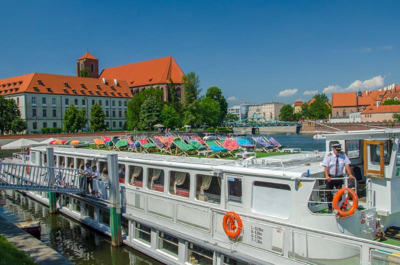 Turystyczny statku wycieczkowego czekanie dla pasażerów na rzece obrazy stock