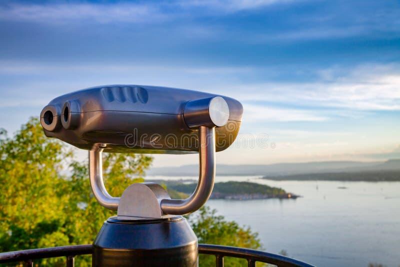 Turystyczny teleskop nad Oslo pejzażem miejskim przy zmierzchem Norwegia obraz royalty free