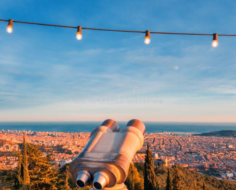 Turystyczny teleskop obuoczny dla zwiedzać z światłami zaświecał abov fotografia royalty free