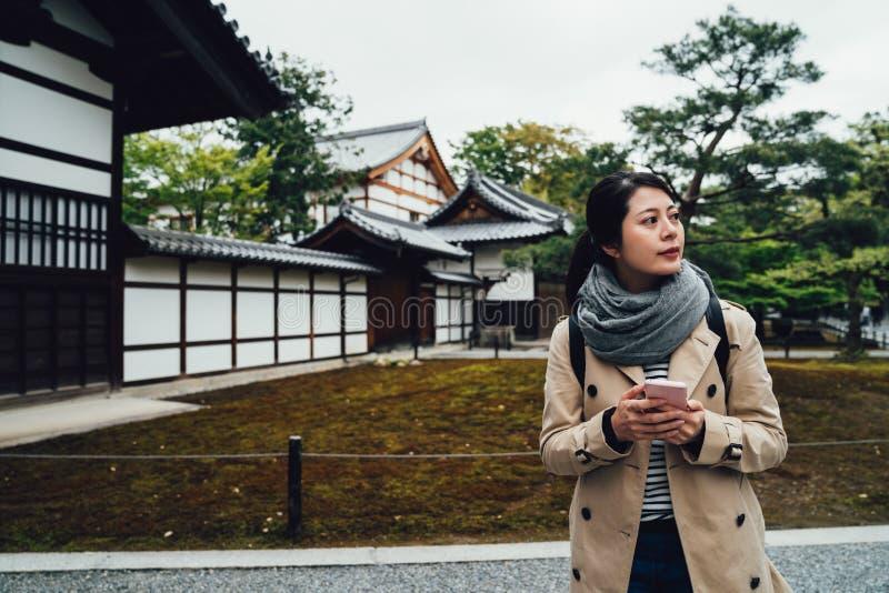 Turystyczny używa telefon komórkowy szuka online mapę fotografia royalty free