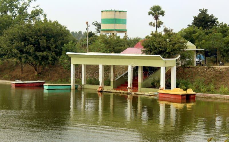 Turystyczny wodniactwo dom w jeziorze przy sittanavasal jamy świątyni kompleksem fotografia stock