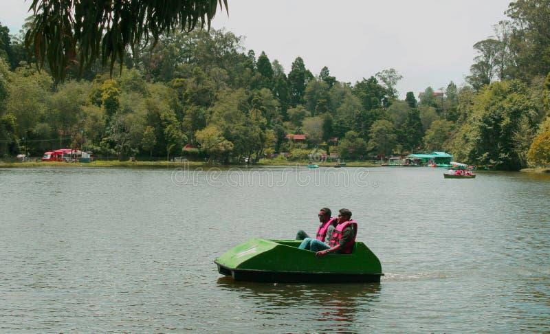 Turystyczny wodniactwo przy kodaikanal jeziorem fotografia stock