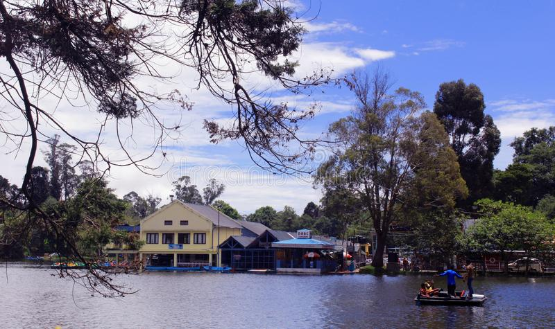 Turystyczny wodniactwo przy kodaikanal jeziornym pobliskim łódkowatym domem obraz royalty free