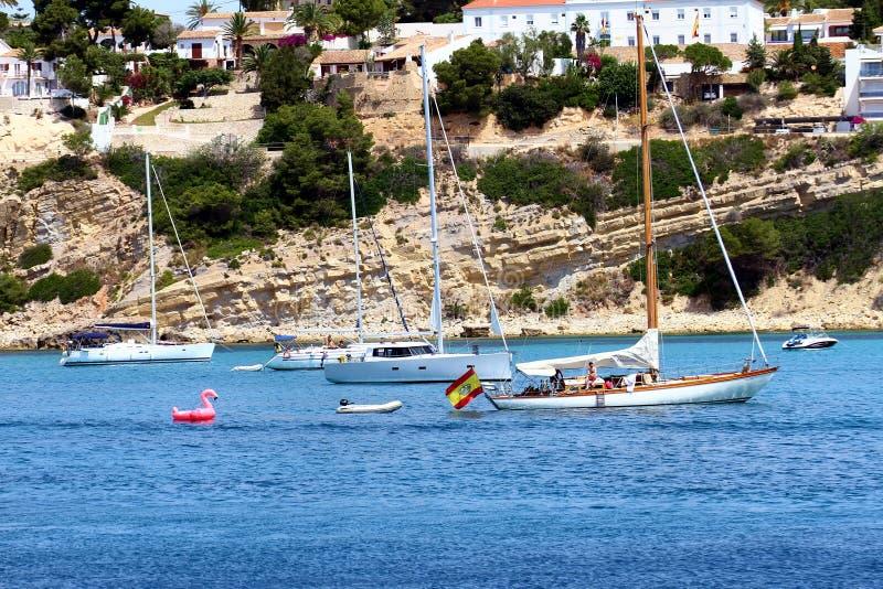 Turystyczny wybrzeże Moraira z wszystkie typ jachty i żaglówki fotografia stock