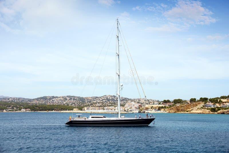 Turystyczny wybrzeże Moraira z wszystkie typ jachty i żaglówki zdjęcia stock